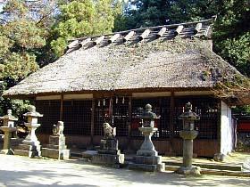 茅葺き屋根の夜都岐神社