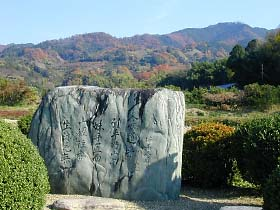 柿本人麻呂の歌碑が立つ衾田陵付近