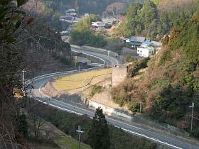 天理ダムより国道25号を見下ろす