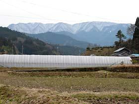 今なお雪を残す三峰山