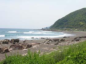 尾崎の海岸にて。向こうに見えるは夫婦岩。
