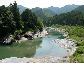 向粥見付近の相津川
