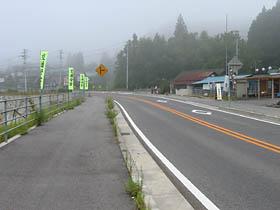 朝霧に煙る国道33号