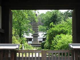 般若寺山門より十三重石塔を望む