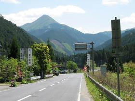 木津付近より高見山を望む