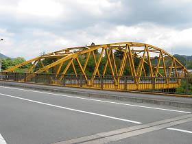 道の駅を過ぎてこの黄色い橋を渡る
