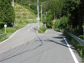嵯峨方面への分岐・右の狭い方が国道477号