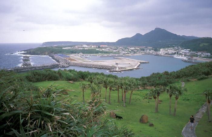 西崎より久部良港を望む