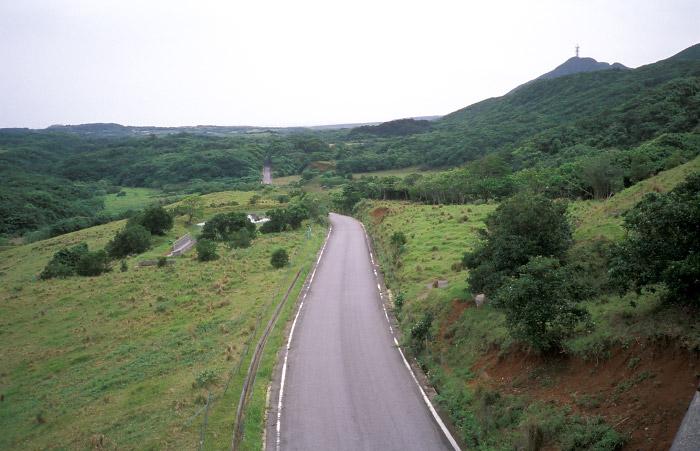 激坂を上り切って牧場内の道と交差